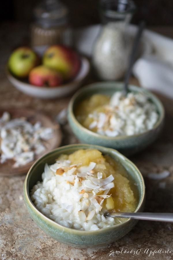 einfaches und gelingsicheres Rezept für veganer Kokos-Milchreis mit Apfelkompott