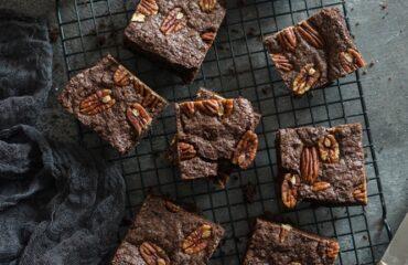 Vegane Brownies mit Pekannüssen und Schokodrops. ganz einfaches schnelles Rezept zum selber backen