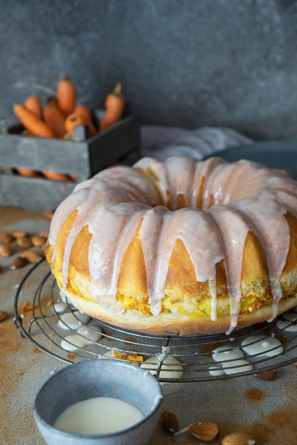 Carrot Cake Hefe-Gugelhupf - Hefe Gugelhupf mit Karottenkuchen-Füllung - toller Osterkuchen,, gelingsicheres Rezept