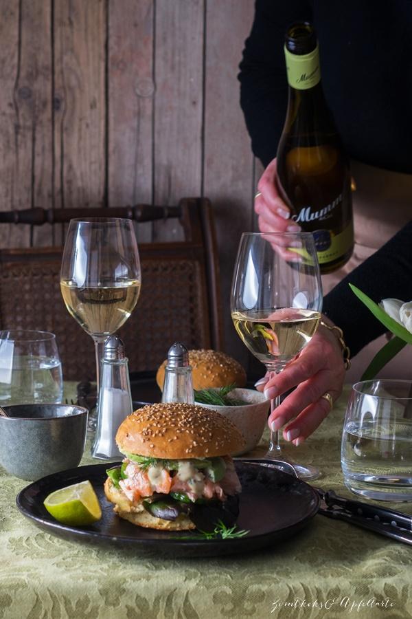 Rezept pulled Maple-Lachs-Burger mit Honig-Senf-Sauce und hausgemachten Buns
