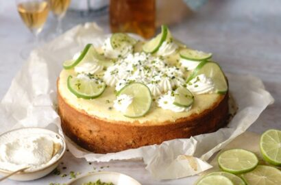 Cremiger und fruchtiger Limetten-Pistazien-Ricotta Cheesecake
