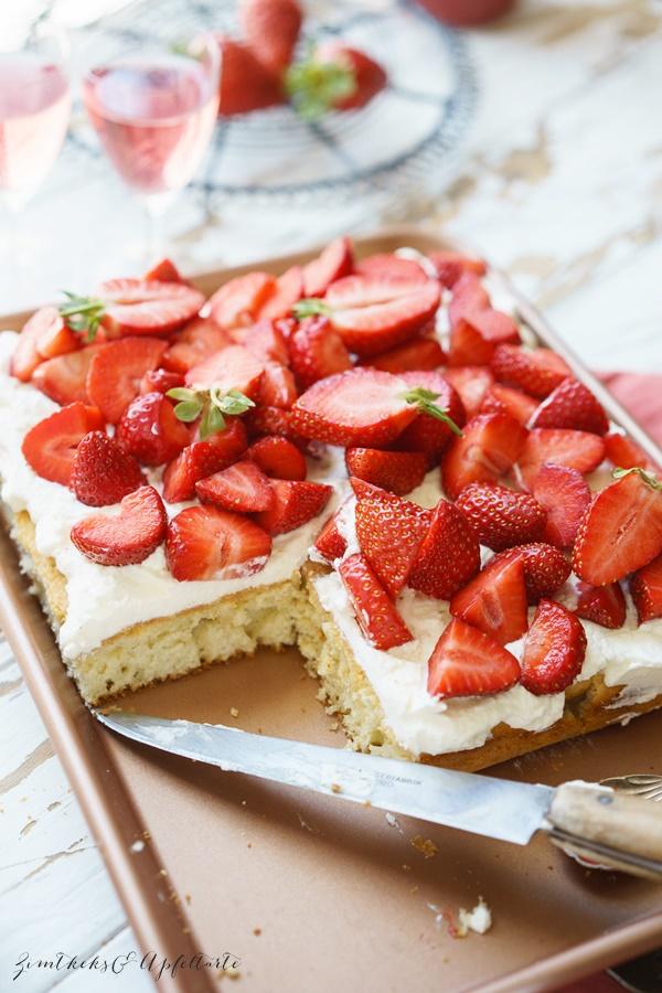 Klassischer Erdbeer Biskuitboden mit Sahne ganz einfaches und schnelles Rezept
