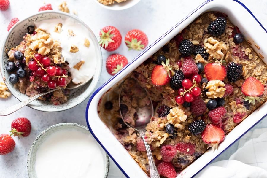 baked Oatmeal mit Walnüssen und frischen Beeren - einfach und schnell
