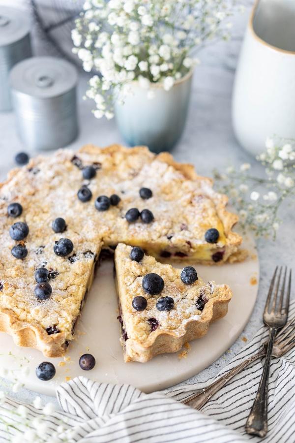 Blaubeer-Tarte mit Vanille-Schmand und Streuseln - einfaches und gelingsicheres Rezept von Zimtkeksundapfeltarte.com