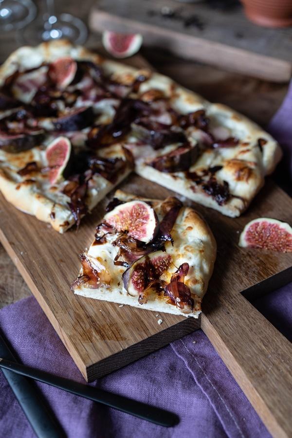 Feigen-Bacon-Pizza mit karamellisierten Zwiebeln und Balsamico - ganz einfaches und gelingsicheres Rezept