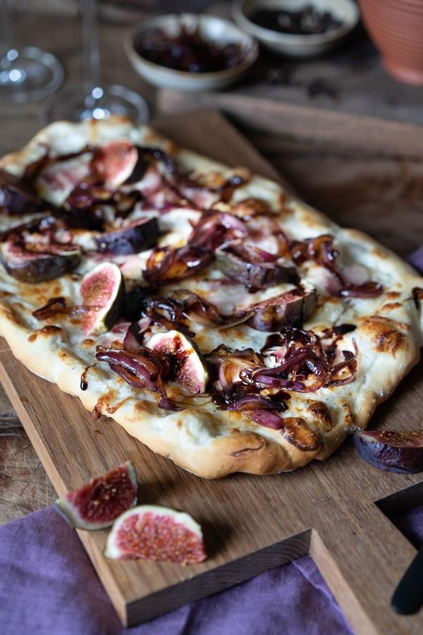 Feigen-Bacon-Pizza mit karamellisierten Zwiebeln und Balsamico - einfach und gelingsicher