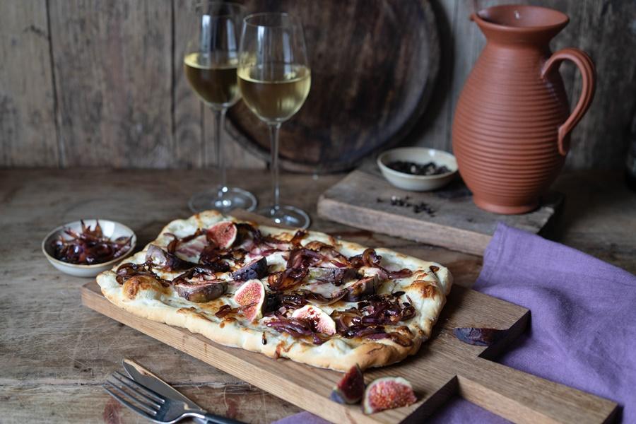 Einfaches Rezept Feigen-Bacon-Pizza mit karamellisierten Zwiebeln und Balsamico