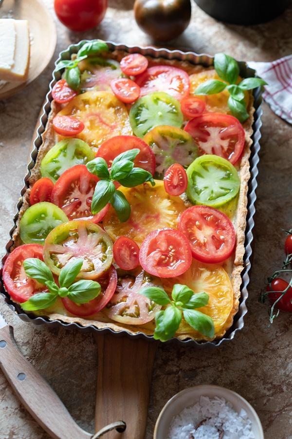 Gelingsicheres Rezept für Tomatentarte mit Parmesan-Boden und Schmand-Basilikumcreme