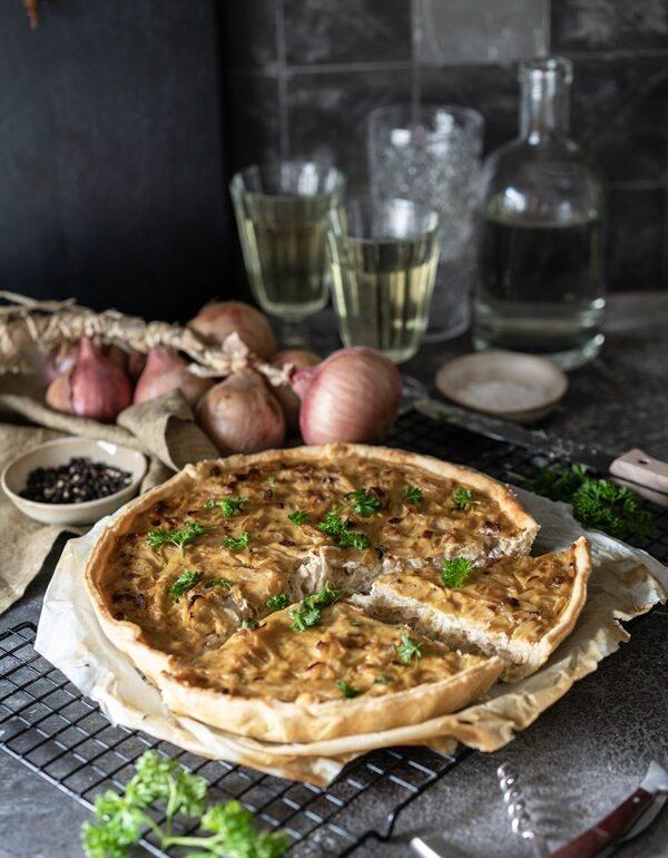 Einfaches Rezepte für cremigen Zwiebelkuchen mit Schmand ohne Hefe